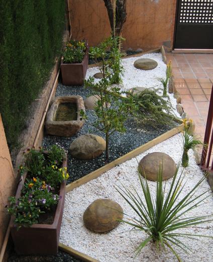 Terrazas jardines y piscinas for Jardines pequenos con piedras blancas